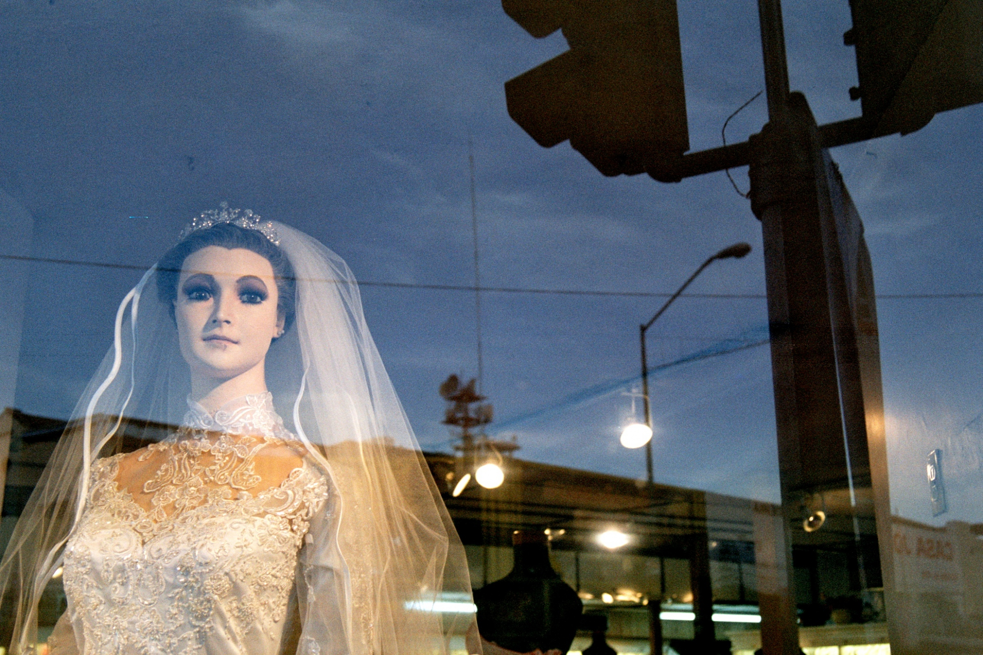 The Creepiest Mannequin Ever Lives in a Bridal Shop от Marinara за 21 nov 2012