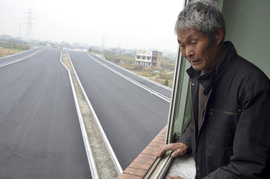 Homeowners don't give up. China builds highway anyways.  от Veggie за 27 nov 2012