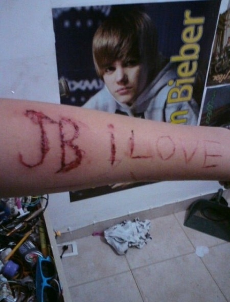 #cuttingforbieber is a FALSE Rumor started by 4chan.