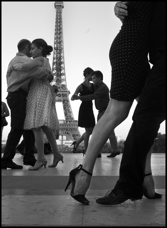 Capturing Romantic Moments in the City of Paris
