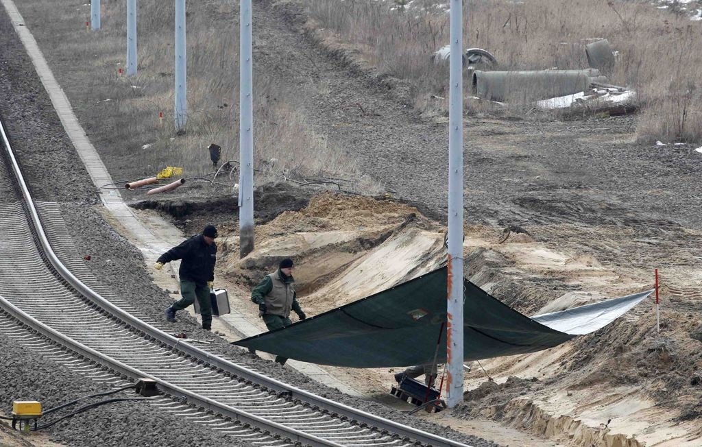 Bomb found near rail road tracks
