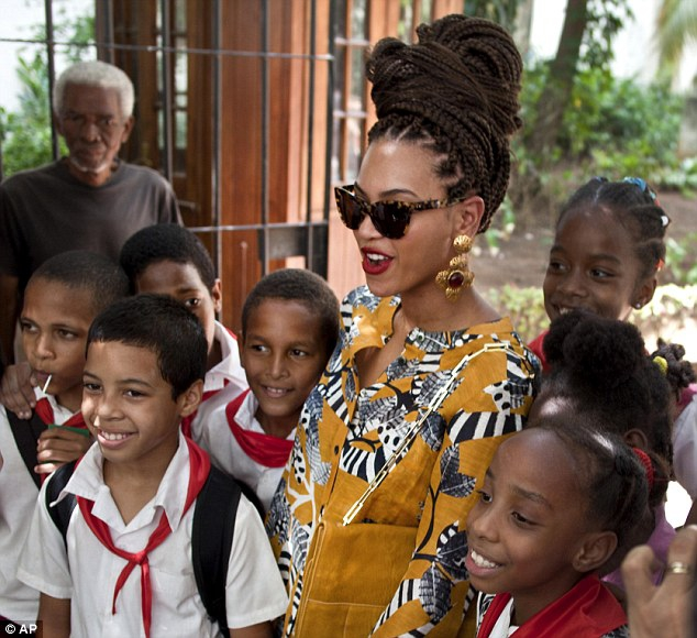 Beyonce met with schoolchildren and posed for a photograph with them