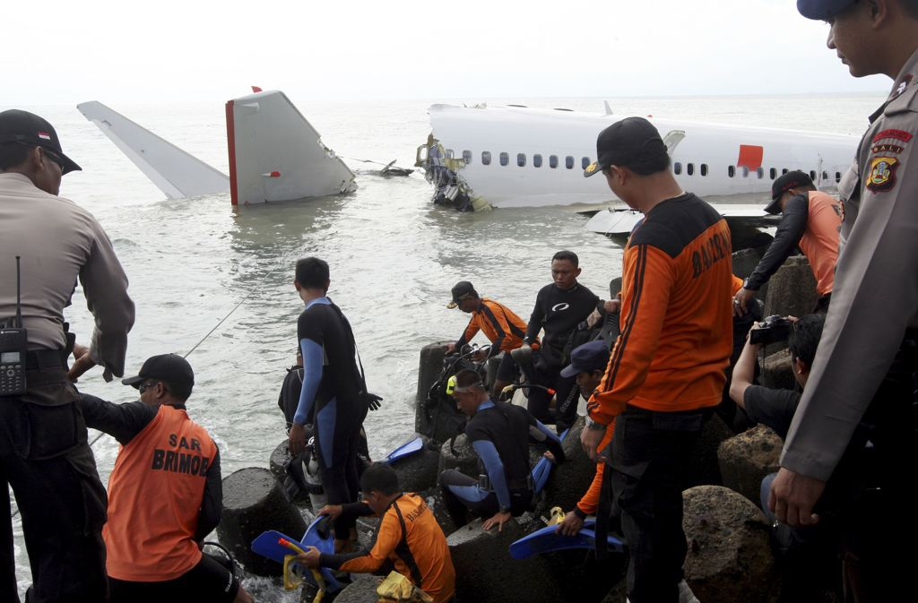 Indonesian divers get ready to retrieve a Lion Air jet plane's cockpit voice recorder