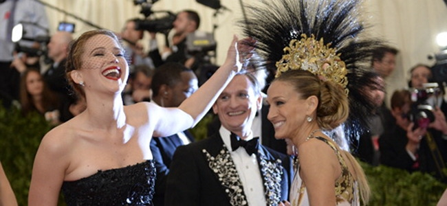 Jennifer Lawrence Photobombs Sarah Jessica Parker At Met Ball