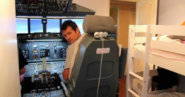 Dad Builds Complete 737 Simulator In His Son's Room