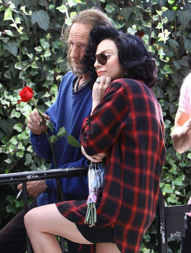 Lady Gaga Took Photos With A Homeless Man  celebrity, engagement-ring, homeless-man, lady-gaga, photo, singer, smell