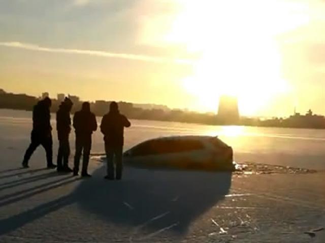 В Днепропетровске под лед ушла Mazda CX9
