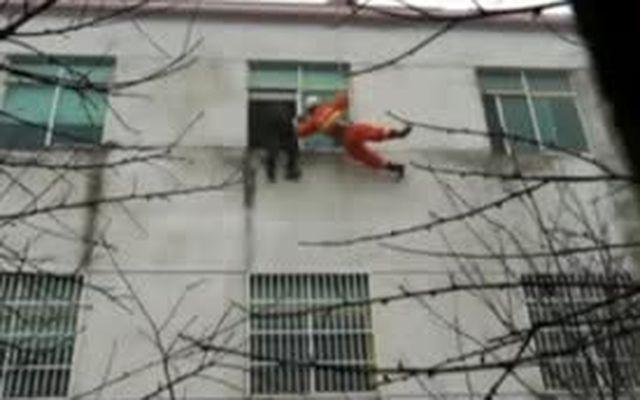 Спасатель ловит несостоявшуюся самоубийцу