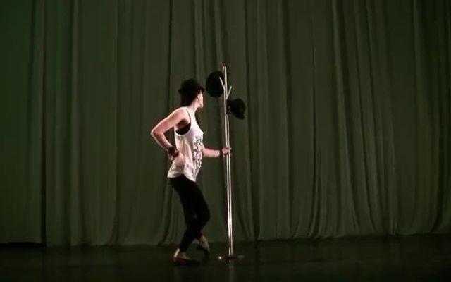 Крутой танец с элементами жонглирования