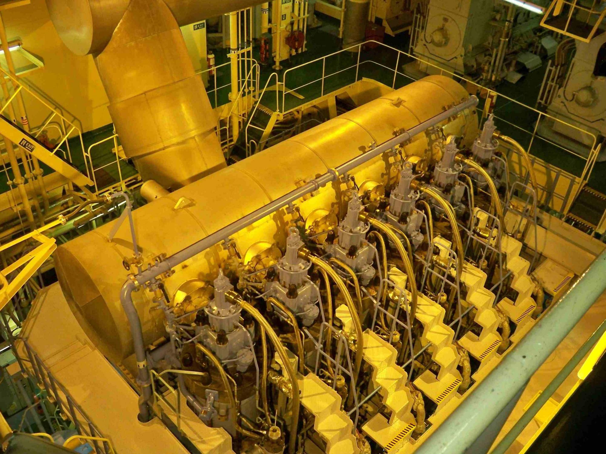 Двигатель танкера фото