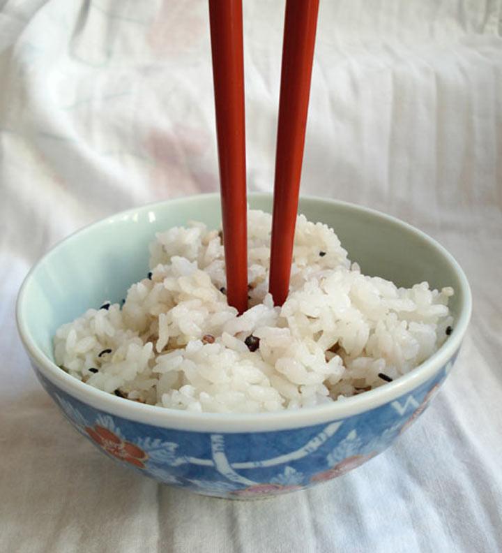 8. Вставленные вертикально в рис палочки для еды у японцев ассоциируются с приношениями усопшим. Делать это во время еды нельзя ни при каком условии ошибка, ресторан люди
