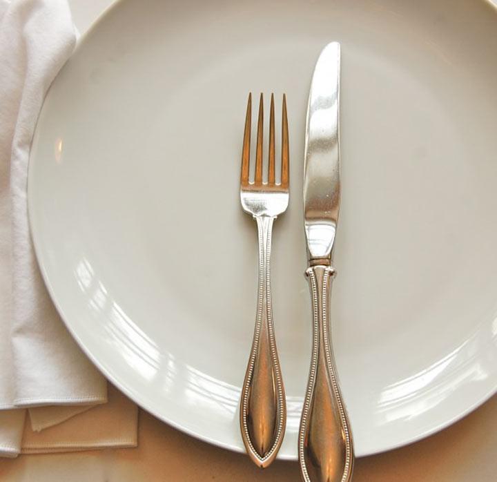 9. Если вы хотите положить приборы — кладите их только на тарелку ошибка, ресторан люди