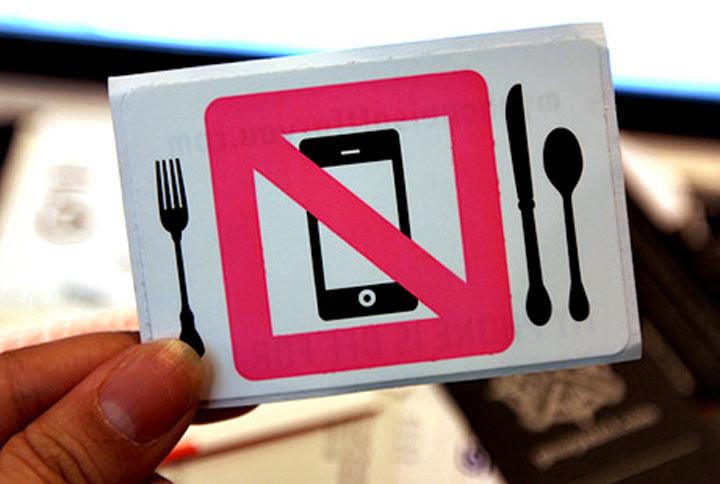 1. Не выкладывайте на стол вещи, которые не имеют отношение к еде ошибка, ресторан люди