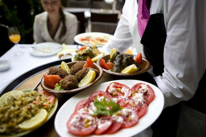2. Перед началом еды подождите, пока все сядут и блюда и напитки будут поданы ошибка, ресторан люди