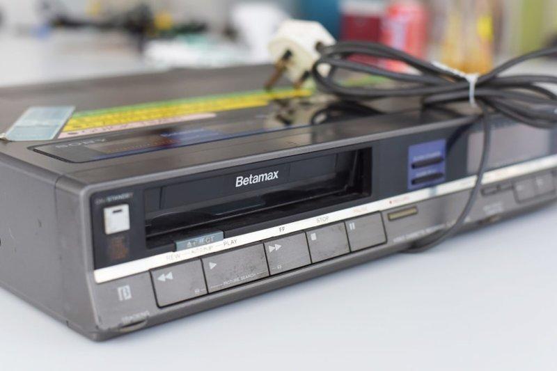 11. Видеомагнитофон Sony Betamax в 70-х годах прошлого века считался быстрым и очень качественным устройством. Вот только формат Betamax уступил в популярности VHS. Тем не менее компания Sony аж до 2002 года выпускала этот плеер. Вот упрямые!  trend, в мире, вещи, инновация, музей, неудача