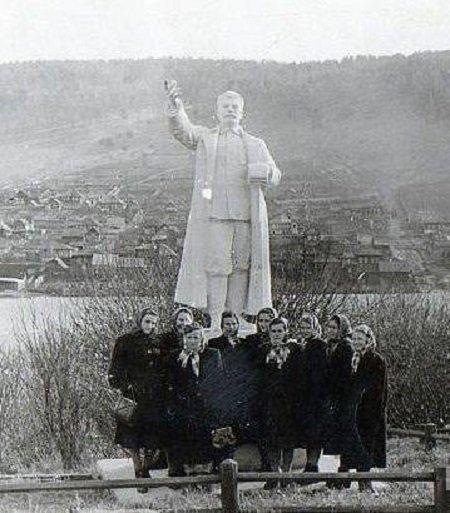 Вот как он выглядел ещё в СССР ynews, СССР, интересное, пруд, сталин, статуя, фото