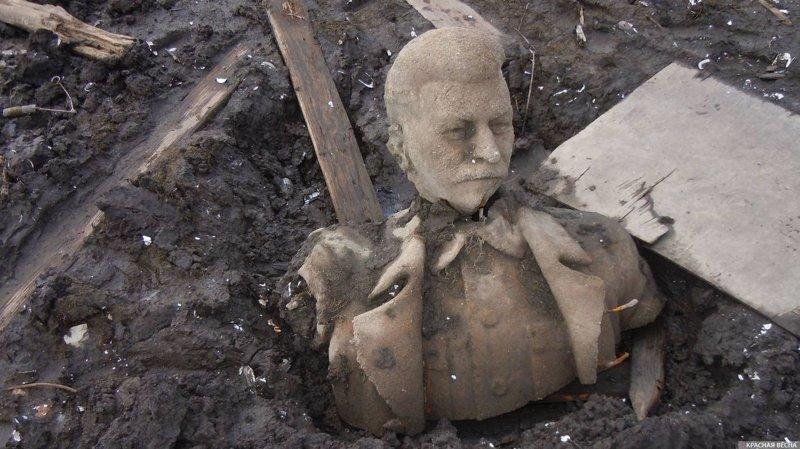 В пруду под Челябинском  обнаружили Сталина ynews, СССР, интересное, пруд, сталин, статуя, фото