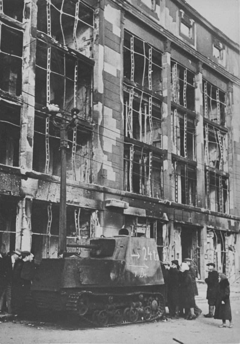 ХТЗ-16 возле ЦУМа, Харьков, октябрь 1941 года